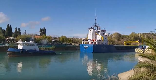 """""""Κόλλησε"""" πλοίο στον Ισθμό της Κορίνθου (βίντεο)"""