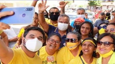 Enquanto Itapetinga chora seus 50 mortos, prefeito Hagge promove aglomeração em 'adesivaço'