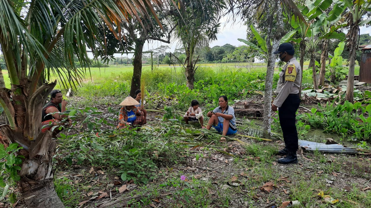 Cegah Penularan Virus Covid-19, Bhabinkamtibmas Desa Pangkoh Hilir Sambagi Warga