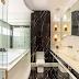 Banheiro contemporâneo com banheira branco, preto e dourado com mármore Nero Marquina!
