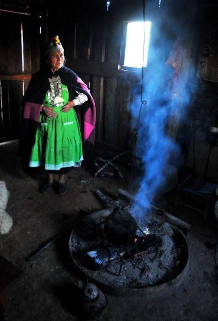 Una machi, tradicional curandera y líder religiosa mapucheAriel MarinkovicAFP