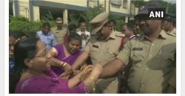 Hyderabad Encounter : गैंगरेप आरोपियों के एनकाउंटर के बाद हैदराबाद पुलिस पर बरसे फूल, महिलाओं ने बांधी राखी.