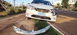 Jovem sobe em capô de veículo para impedir namorado de dirigir e morre ao ser arremessada