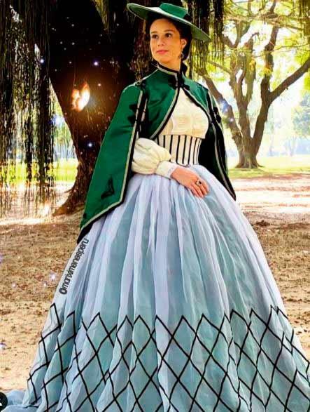 Condessa de Barral vestido branco com capa verde
