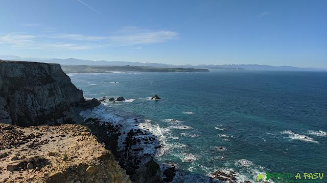 Costa acantilada en las inmediaciones del Cabo de Peñas