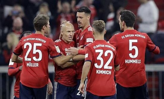 Robben có pha dứt điểm vào lưới Augsburg.