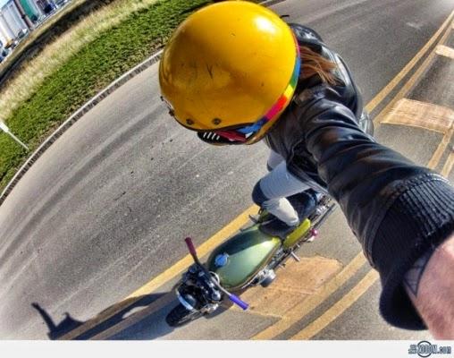 Selfie memamerkan aksi extrime saat menyeimbangkan badan