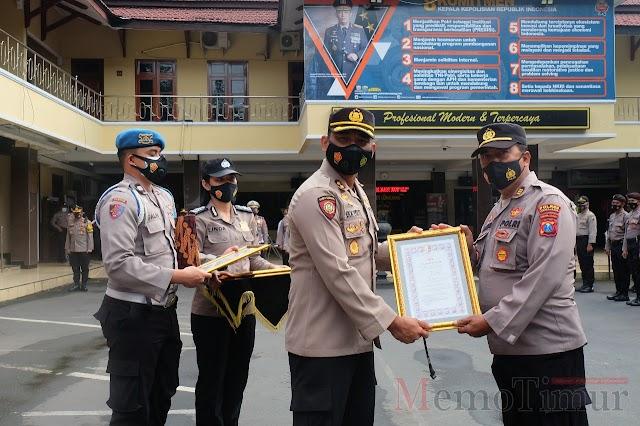 Ungkap Kasus Curanmor, Kapolres Lumajang Beri Penghargaan Anggota dan Warga