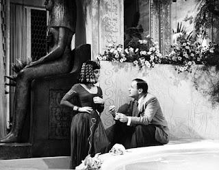 El director Joseph L Mankiewicz con Elizabeth Taylor en el rodaje de Cleopatra