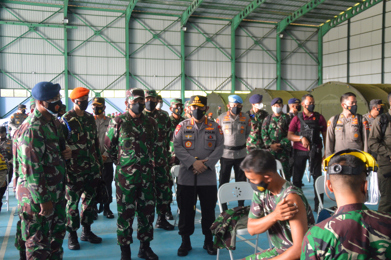 Panglima TNI Bersama Kapolri Tinjau Vaksinasi Covid-19 Prajurit TNI –Polri di Hanggar Integrasi RSA Ranai