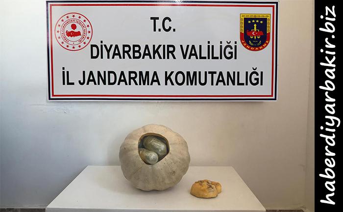 DİYARBAKIR- Diyarbakır Valiliği, merkez Sur ilçesinde yol kontrol ve arama noktasında yapılan aramada bal kabağının içine gizlenmiş halde satışa hazır, 3 kilogram 150 gram toz ve kubar esrarın ele geçirildiğini bildirdi.