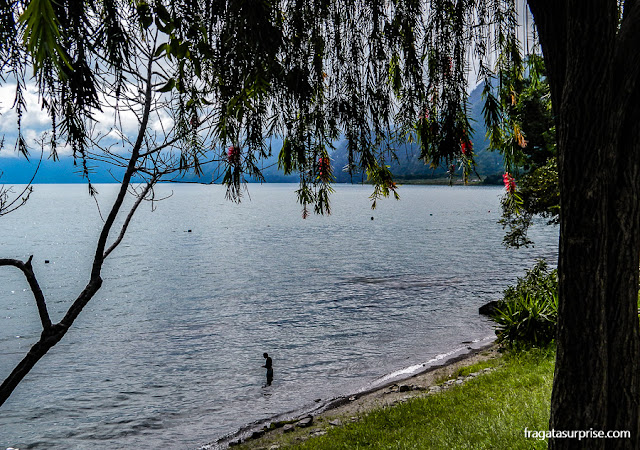 O Lago de Atitlán, Guatemala, no povoado de Panajachel