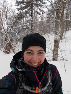 Randonneuse souriante, l'hiver, flocons de neige, mont Sutton
