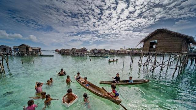 Ng Choo Kia - Comunidades inteiras vivem em palafitas, casas flutuantes ou barcos, os Bajau não tem construções e terra firme