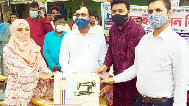 উল্লাপাড়ায় হত দরিদ্রদের মাঝে ইউপি চেয়ারম্যানের সেলাই মেশিন বিতরণ