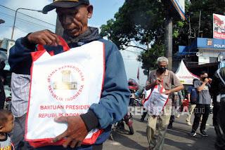Istana Evaluasi Cara Pembagian Sembako Jokowi di Jalan