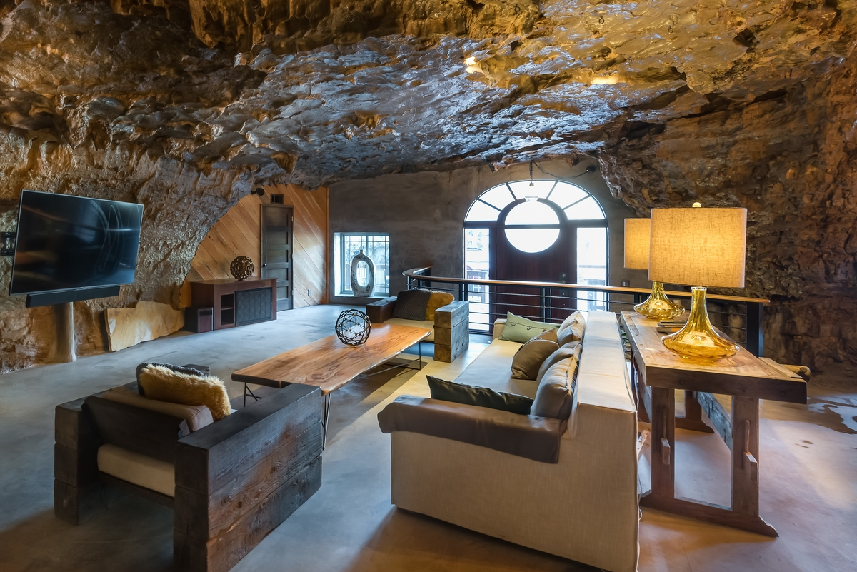06-The-Beckham-Creek-Cave-Home-in-the-Ozark-Mountains-www-designstack-co