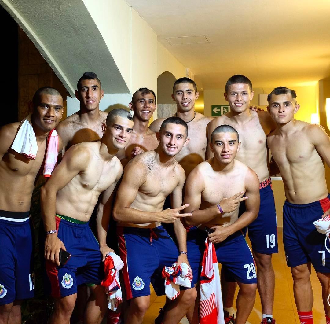 Jugadores de Chivas tras novatada.