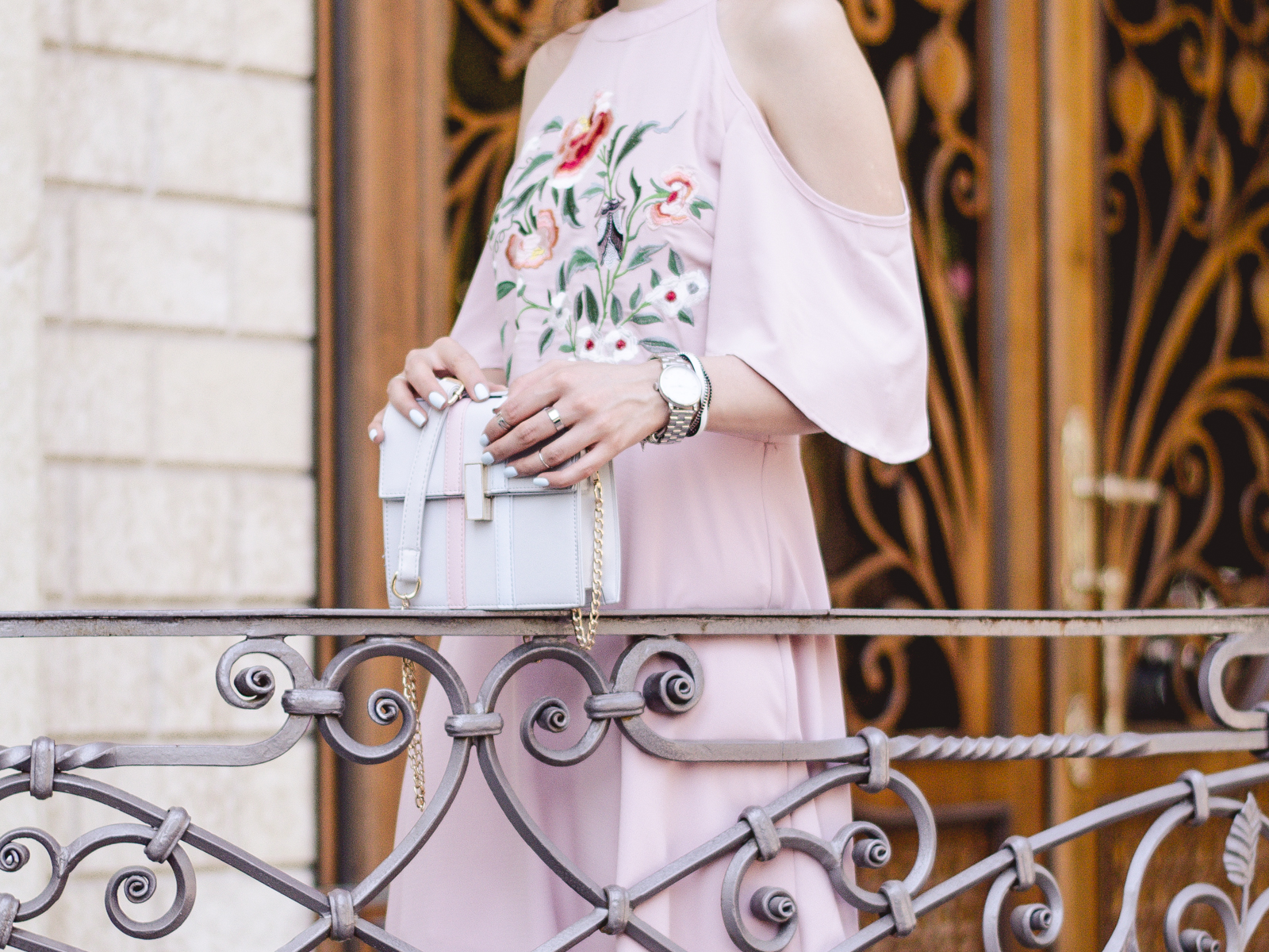fashion blogger diyorasnotes diyora beta pink mini dress cold shoulders white mules straw hat