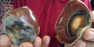 Komaroh bahkan baru menyadari keanehan ini saat ada pembeli yang mengeluhkan telur asin yang dijualnya memiliki bentuk dan teksur tak lazim bahkan bisa memantul.