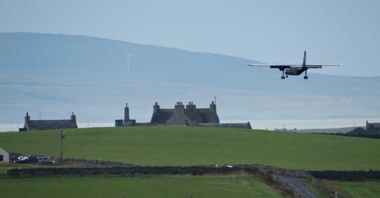 İskoç hava yolu Loganair dünyanın en kısa uçak yolculuğunu hala elinde tutuyor.