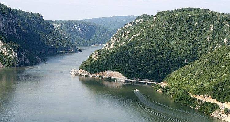 Cazanele Dunarii - locul unde muntele si apa se imprietenesc