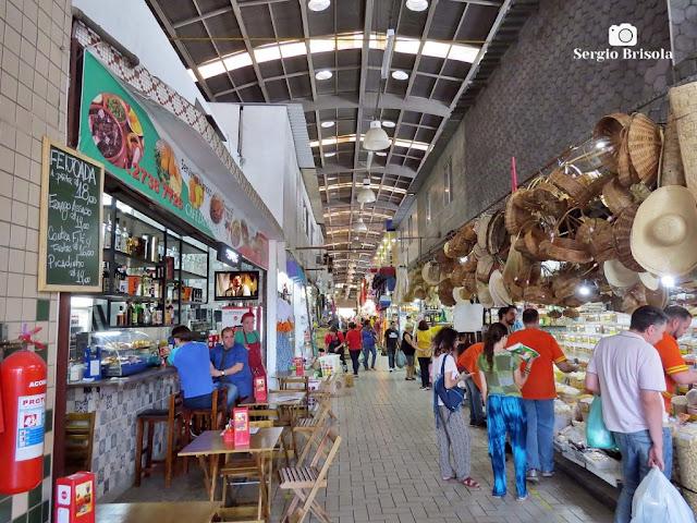Vista de corredor interno do Mercado Municipal da Lapa - São Paulo