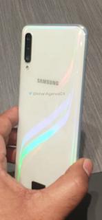 تسريبات صور لهاتف Galaxy A50 باللون الأبيض