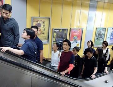 Chow Yun Fat mengantre saat naik transportasi umum
