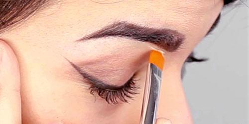 maquillando las cejas con correctores