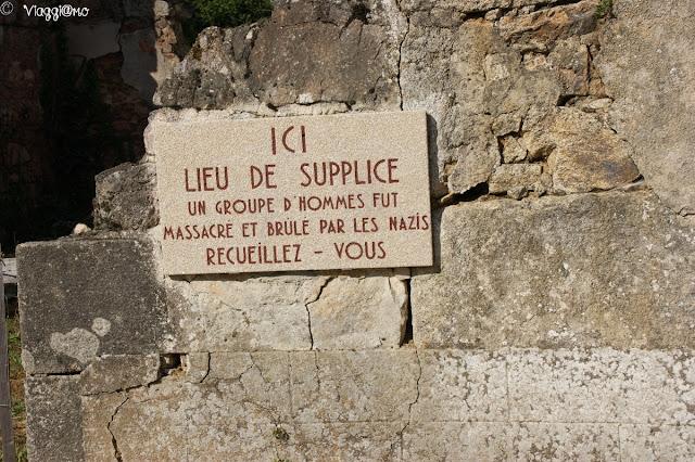 Alcune delle lapidi presenti a ricordo nel paese di Oradour sur Glane