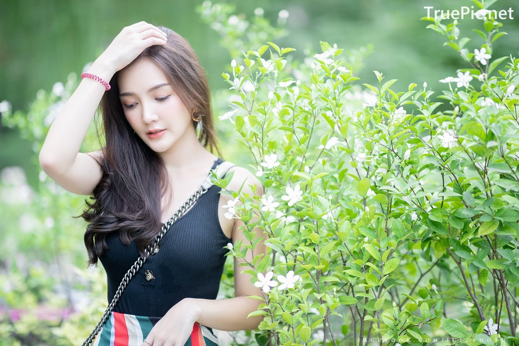 Image-Thailand-Model-Rossarin-Klinhom-Beautiful-Girl-Lost-In-The-Flower-Garden-TruePic.net- Picture-2