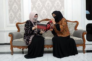 Dekranasda Pusat Distribusikan Buku pesona  Baju Adat  Pengantin Indonesia