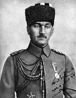"""Mustafâ Kemâl Paşa, Samsun'a doğru yola çıkmadan kısa süre önce... Fotoğrafın üzerinde """"Kardeşim Raûf Beğ'e"""" yazıyor."""