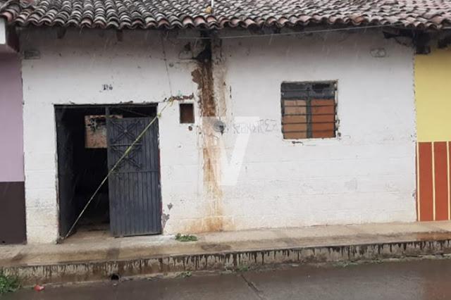 Sicarios ingresan a hogar, torturan a 1 hombre y 3 mujeres y los cuelgan en su patio (Madre e Hija entre las víctimas)