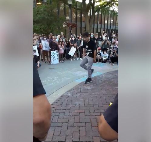 """Biểu tình ở Mỹ: Thay vì dùng dùi cui, hơi cay, cảnh sát nhảy break dance """"đáp trả""""!"""