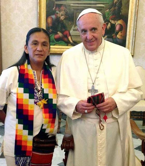 Papa Francisco recebendo a ativista argentina Milagro Sala, hoje na prisão por múltiplos processos de corrupção violência e sangue.