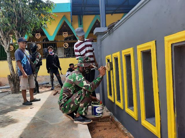 Sambut Bulan Suci Ramadhan, Satgas TNI Yonif 756/WMS Bersama Masyarakat Renovasi Masjid di Mappi