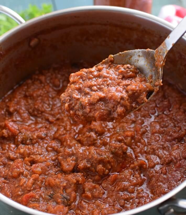 Salsa boloñesa con carne y chorizo en cacerola, lista para servir