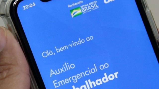 Auxílio emergencial terá quarta parcela e poderá ter quinto pagamento, diz Bolsonaro