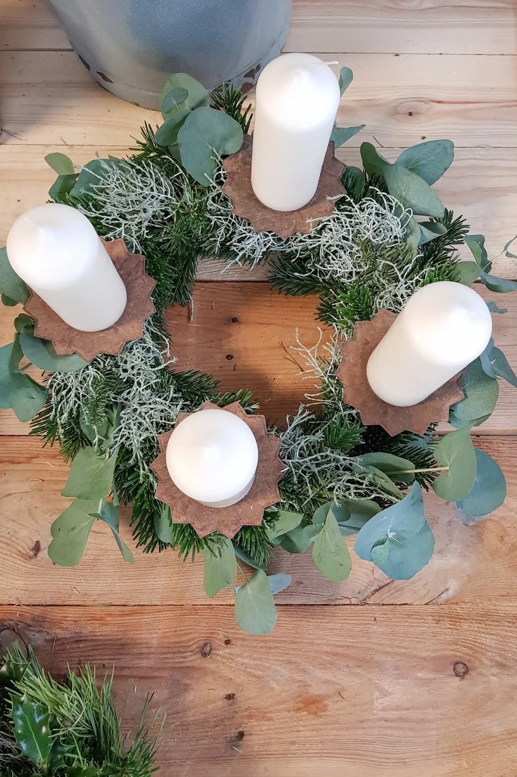 DIY Adventskranz Ideen selber machen Advent Kranz Kränze natürlich dekorieren für Weihnachten Eukalyptus