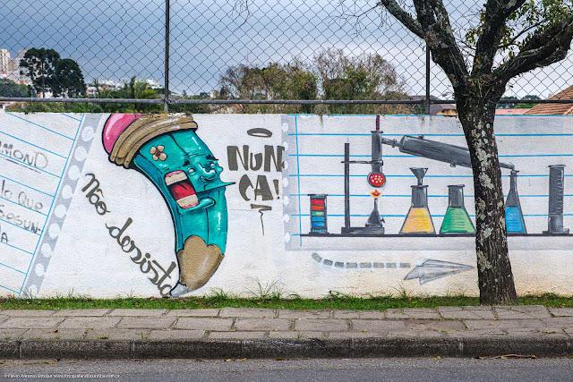 """Grafite com o desenho de um lápis e a inscrição """"Não desista. Nunca!"""""""