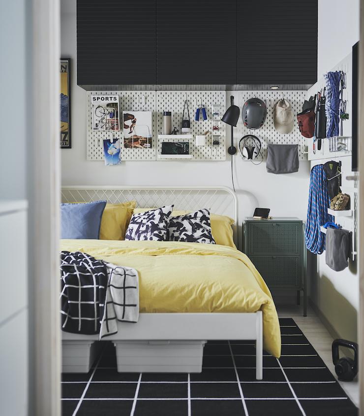 Nuevo catálogo IKEA 2021 dormitorios: dormitorio con almacenaje superior y tablero de clavijas.
