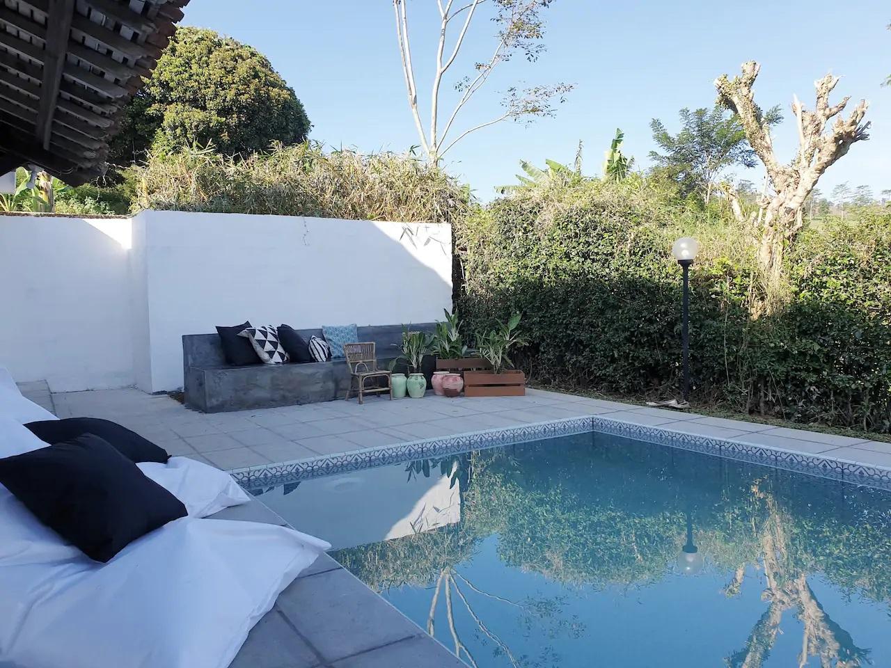 rekomendasi villa dengan kolam renang di puncak bogor