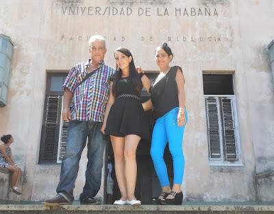 Mireya, Norfi y Ayerim Carrodeguas frente a la Facultad de Biología de la Universidad de la Habana.