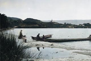 pria batak toba sedang berada di solu di tepi danau toba