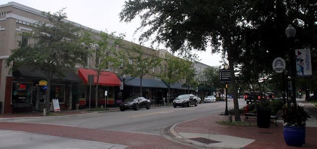 Main Street en Bartow, un día nublado