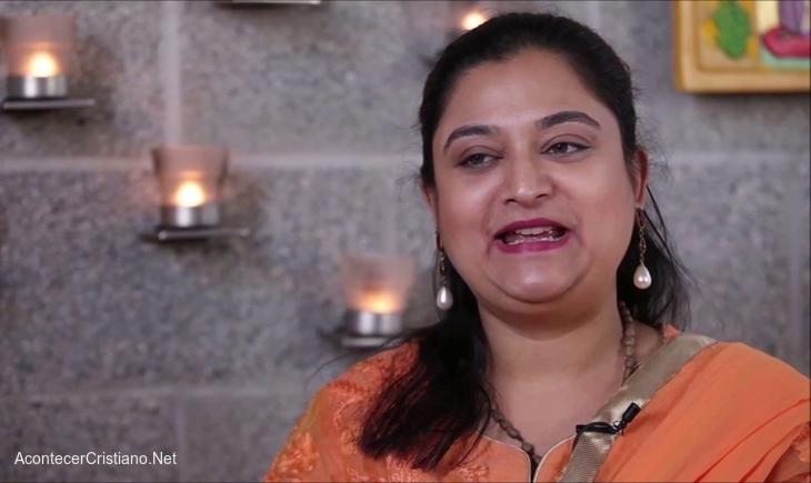 Mujer abandona hinduismo
