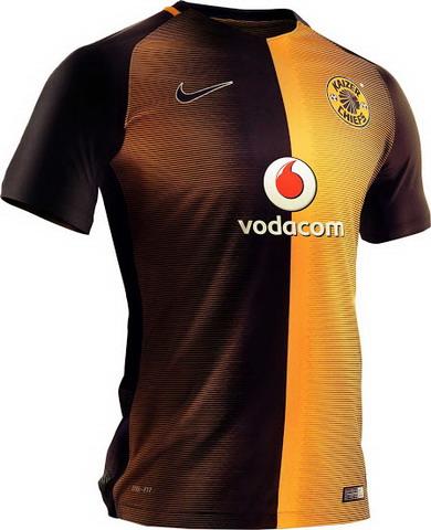 ... los Jefes de Kaizer 2016-17 camiseta de visitante combina colores oro y  negro del club en un diseño de mitad y mitad única 54281ae51707e