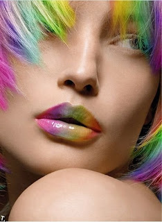 Labios de mujer con los colores del arco iris